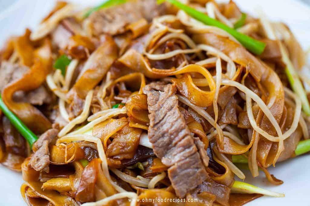 close up beef chow ho fun 乾炒牛河 (gon chow ngau ho)