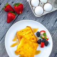 air fryer french toast serve with syrup fruits