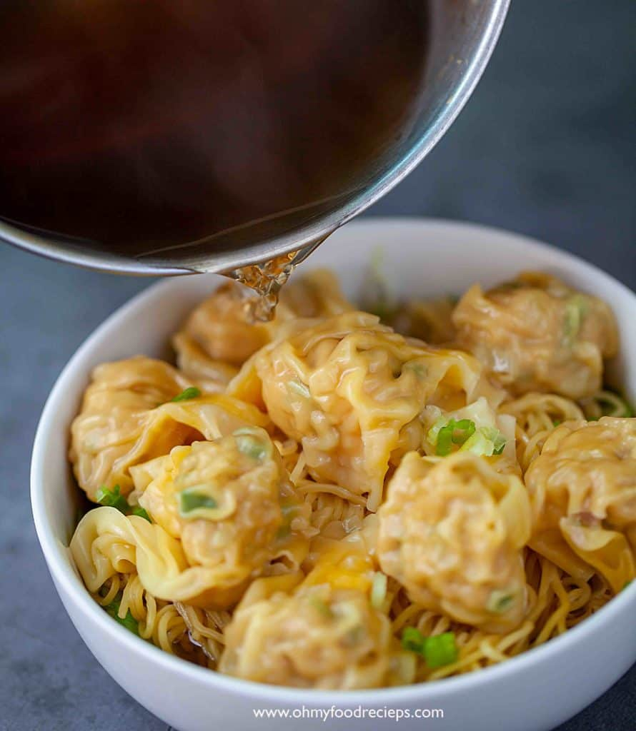 pouring chicken broth over wonton noodle 雲吞麵
