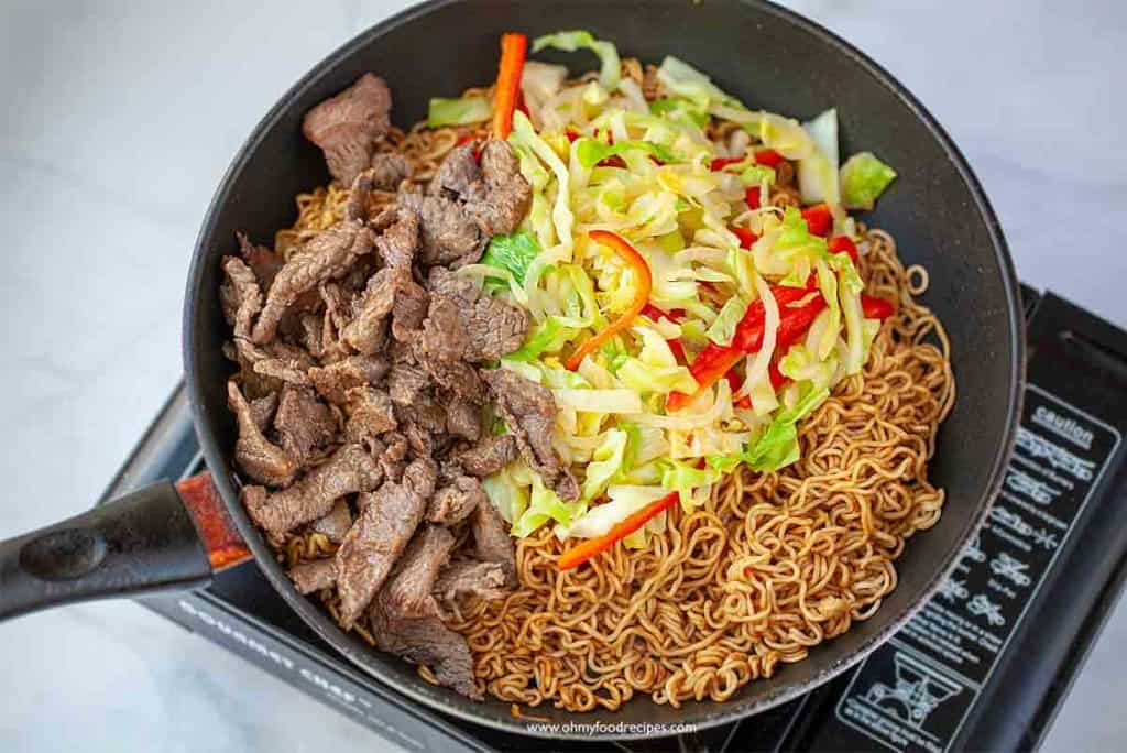 add cooked beef and vegetables into instant noodles
