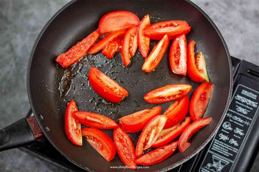 stir fry tomatoes in the pan