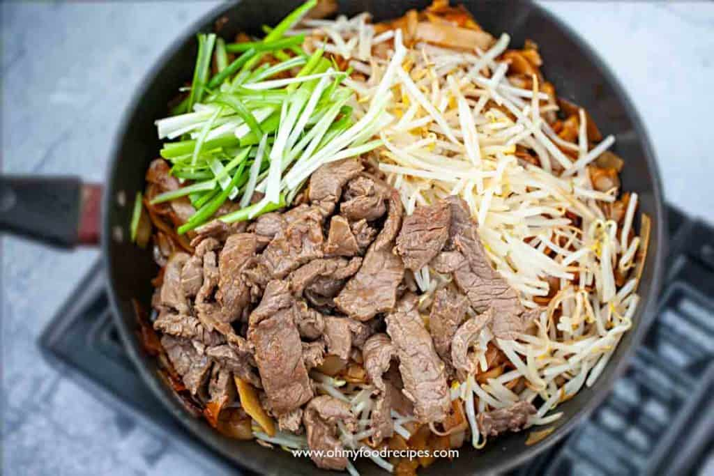 beef, bean sprouts, green onion chow ho fun in a pan