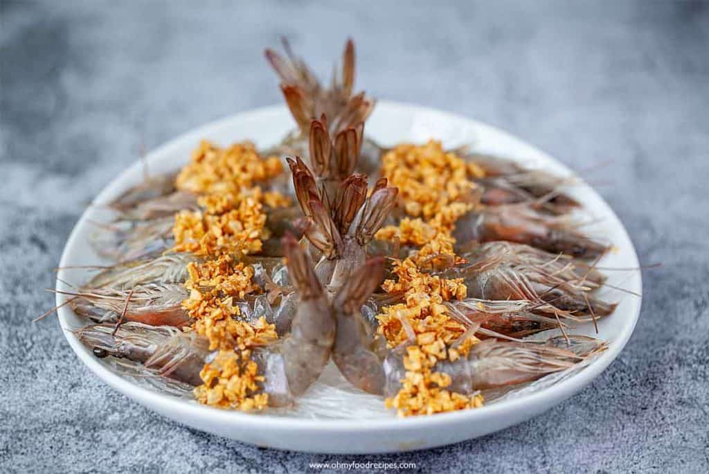 fried garlic put on raw shrimp and vermicelli noodles