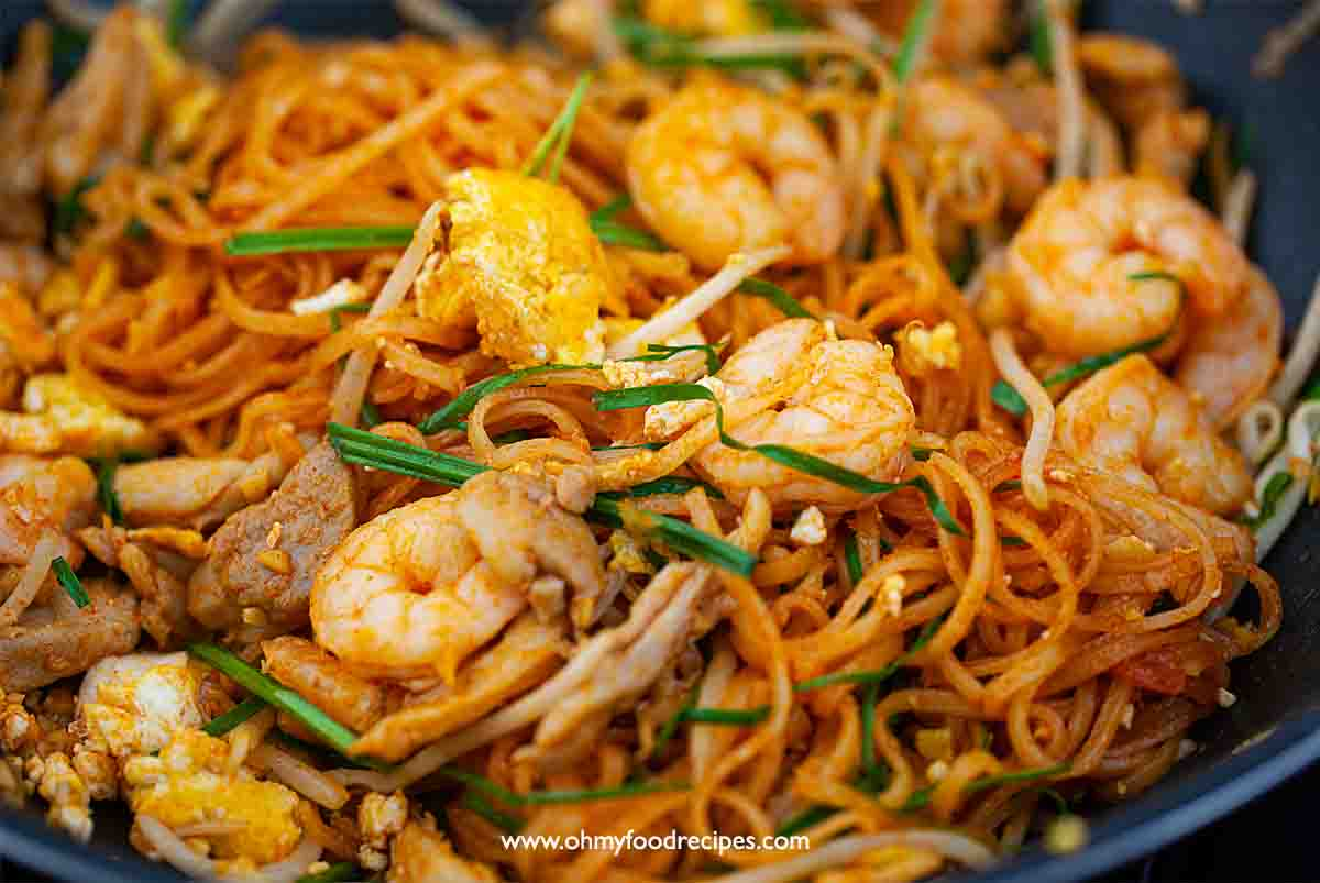 stir fry easy pad thai noodle in the wok